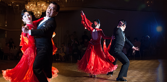 名古屋/ 東京ソシアルダンスアカデミー| 初めてダンスをされる方から 若い方、ご年配の方、競技選手など幅広い方々に 丁寧なレッスンを行っています。 メインイメージ